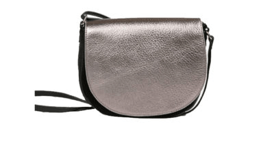 sac en cuir noir avec un rabat lilas métallisé