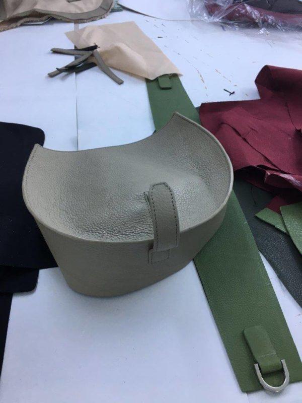 montage d'un sac à main en cuir, couture su devant et de l'arrière du sac à main