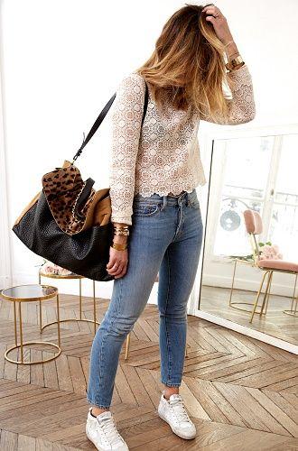 une femme porte un sac shopper en cuir impression léopard et cuir noir